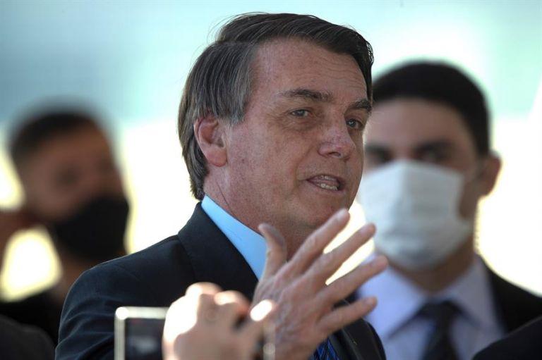 El líder ultraderechista, aunque sin mirar directamente al interlocutor, manifestó su deseo de agredir al periodista. Foto: EFE