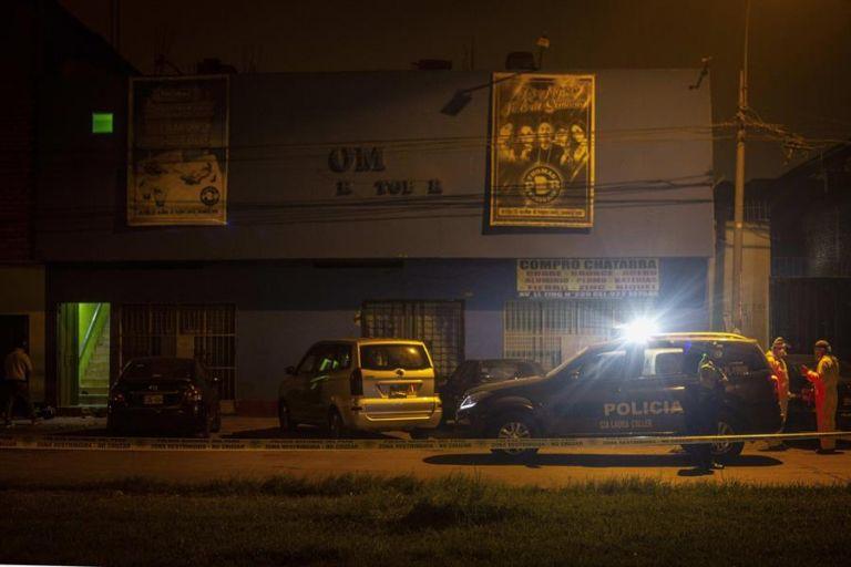 Al menos trece personas y otras seis resultaron heridas al intentar escapar de una fiesta clandestina en Lima. Foto: EFE.