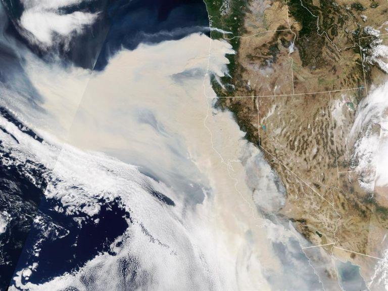 En esta fotografía cedida por la NASA aparece un espeso humo que fluye desde de una línea de incendios intensos en Oregón y California (EE.UU.). Foto: EFE.