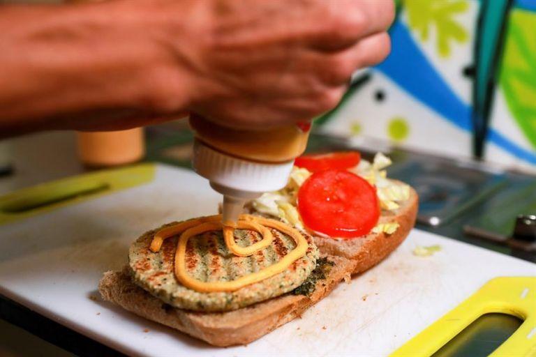 """La preparación de las hamburguesas """"Hemp Burguer"""", a base de garbanzo y semillas de cáñamo. Foto: EFE."""