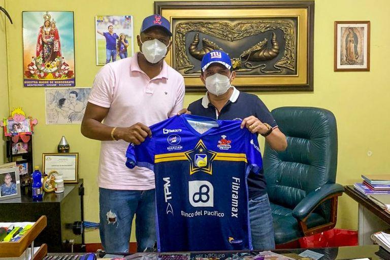El arquero ecuatoriano, Máximo Banguera (derecha), posa con la nueva camiseta del Delfín SC de Manta, en compañía del presidente de la institución, José Delgado.