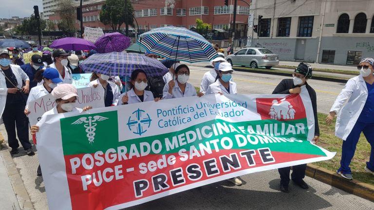Los médicos posgradistas se manifestaron en distintas partes del país. Su consigna era el reconocimiento de sus labores, de carácter contractual. Alrededor de 3.500 médicos posgradistas formaron parte de la primera línea durante la emergencia sanitaria.