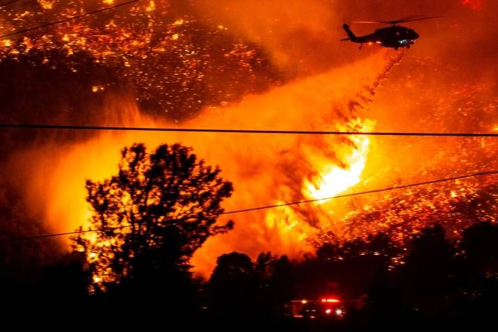 n helicóptero trata de extinguir un incendio forestal declarado en Lake Hughes en Los Ángeles, California, este miércoles. Foto: EFE