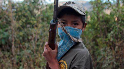 Niños armado  para protegerse de los narcos, municipio de Chilapa de Álvarez, México.  Foto: EFE