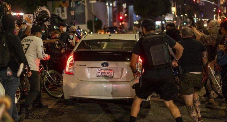 Automóvil en medio de protestas en Estados Unidos. Foto referencial: EFE