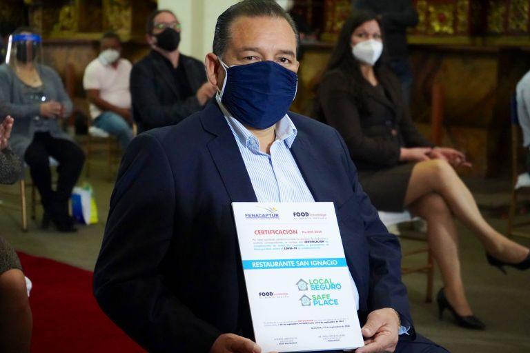 """El Municipio de Quito entregó certificados """"Local seguro"""" a 266 establecimientos reconocidos como """"Confiables y Saludables"""", por los protocolos contra la COVID-19. Foto: Municipio de Quito."""
