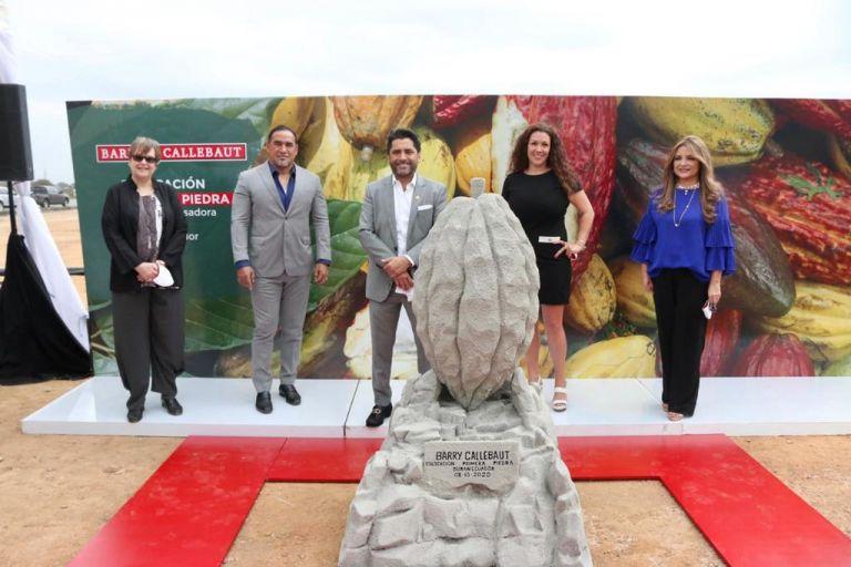 Representantes de la empresa suiza y autoridades de nuestro país en el evento de colocación de la primera piedra de la construcción.
