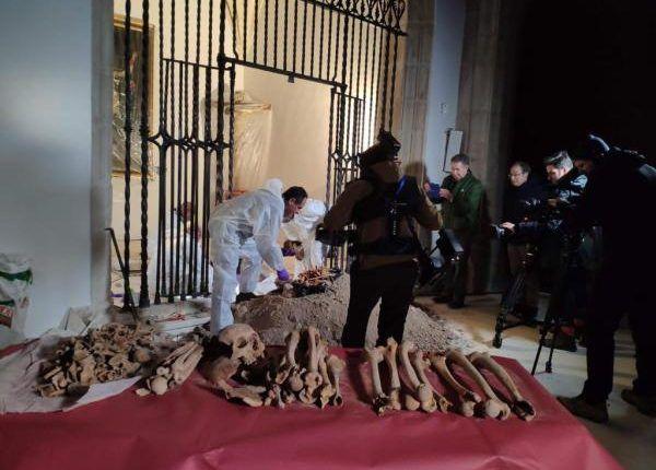 Los restos de Cristóbal Colón fueron exhumados en 2003 del sepulcro de la catedral de Sevilla, España. Foto: Universidad de Granada