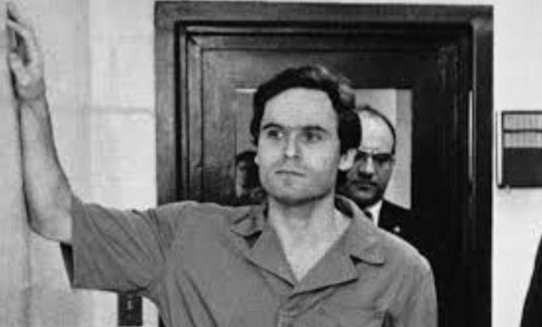 Tras dos mediáticos procesos judiciales en Miami y Orlando (Florida), Bundy fue ejecutado en la silla eléctrica el 24 de enero de 1989.