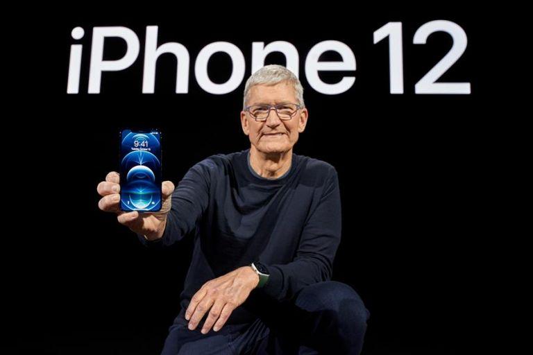 El CEO de Apple, Tim Cook, presentó el nuevo y esperado iPhone 12. Foto: EFE.