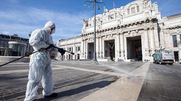 Trabajador desinfectando las calles de Itala. Foto: EFE