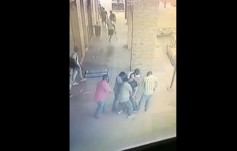 En un video compartido en redes sociales se observa cómo roban a un transeúnte en el centro de Guayaquil.