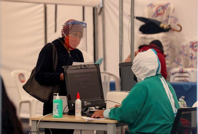 Una persona es atendida en la zona de triage del hospital Iess del Sur de Quito. Foto: EFE.