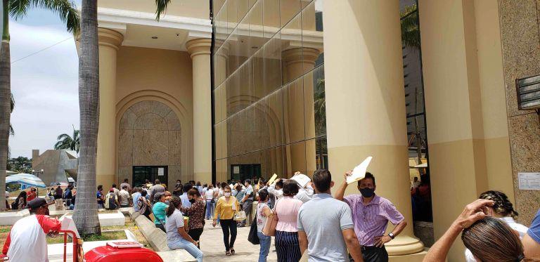 Una fila de más de 60 personas esperan afuera del Ministerio de Relaciones Exteriores para poder realizar sus trámites.