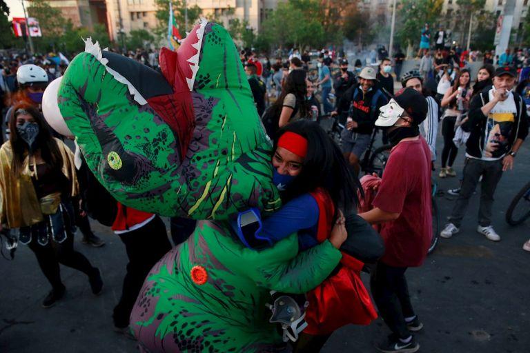 A pesar de las medidas de bioseguridad por la pandemia, se registró una gran convocatoria a las mesas electorales en Chile, al igual que sus recintos en el extranjero. Los festejos también convocaron ciudadanos en las principales plazas del país.