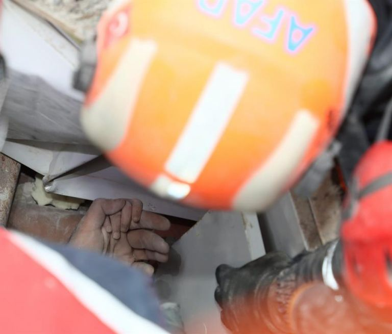 Una niña de cuatro años de edad ha sido rescatada con vida este martes después de pasar casi cuatro días bajo los escombros en la ciudad costera de Esmirna (Turquía). Foto: EFE.