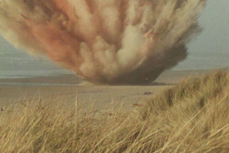 La explosión ocurrió y en seguida empezó a llover carne de ballena, incluso mucho más allá de los 400 metros.