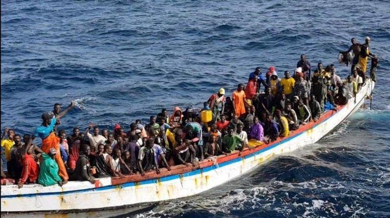 Un cayuco con 215 personas rescatado ante las costas de Mauritania, el pasado octubre del 2020. Foto: EFE