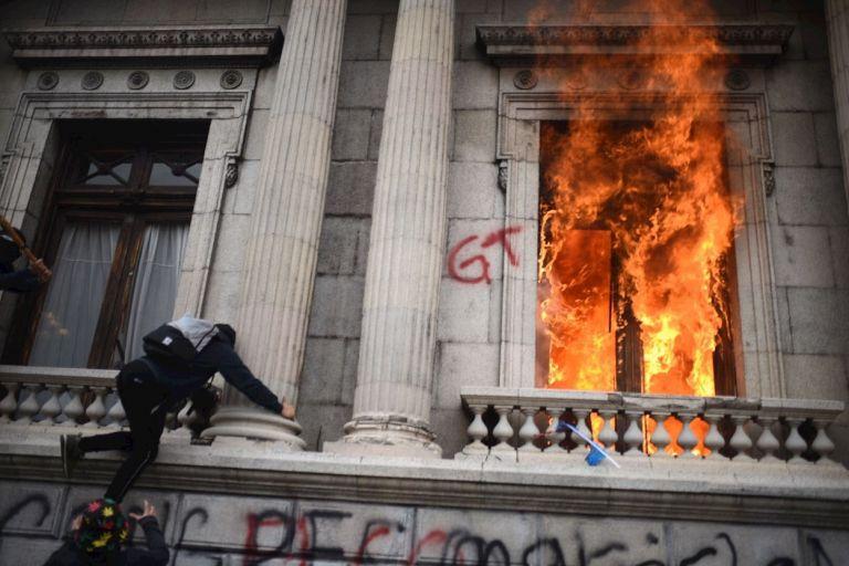 Cientos de manifestantes tomaron el Congreso y le prendieron fuego a varias oficinas hasta ser desalojados por fuerzas de seguridad y cuerpos de bomberos, que apagaron el incendio.