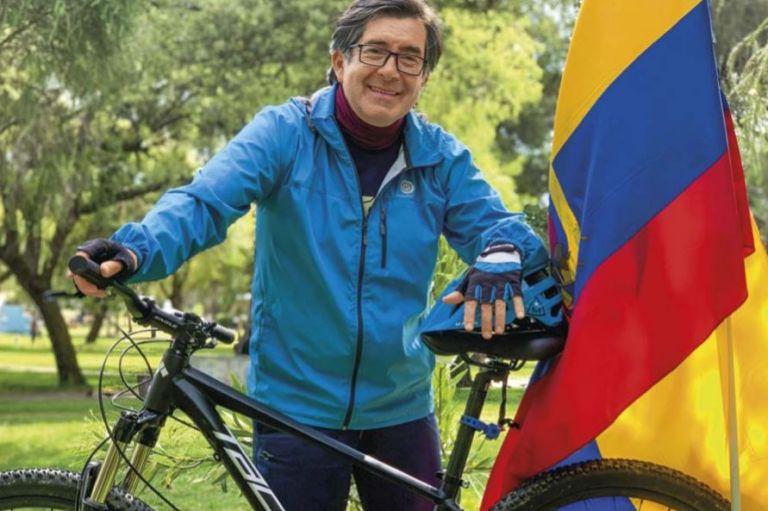 César Montúfar Mancheno, 56 años, quiteño. Estudió Sociología en la PUCE. Luego se especializó en Ciencias Políticas. Tiene un Ph.D. otorgado por el New School for Social Research, de Nueva York. Ejerce la cátedra en la Universidad Andina.