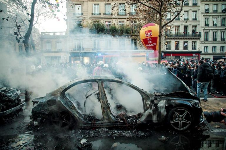 La protesta en París, la segunda multitudinaria en una semana, partió de la céntrica Plaza de la República hacia la de Bastilla. A su paso destruyó bienes y vehículos. Foto: EFE.
