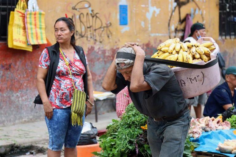 Desde principios de septiembre, la dolorosa estadística de muerte, ingresos hospitalarios y avance imparable de la enfermedad se ha difuminando hasta unos números casi irrelevantes en Iquitos. Foto: EFE.