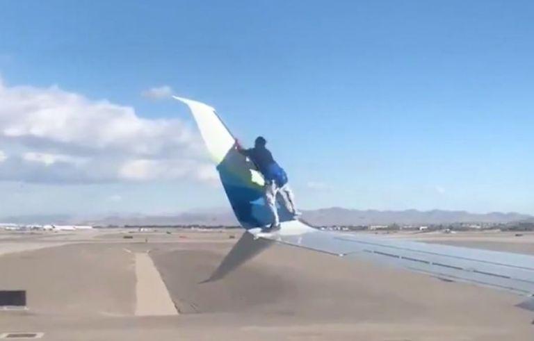 El hombre se subió al ala del Boeing 737, se sentó y después empezó a caminar sobre esta.