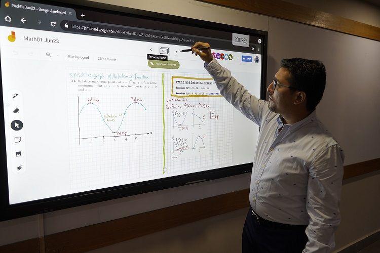 En las aulas se instalaron pantallas táctiles gigantes con cámaras para que las clases se realicen de forma simultánea en las modalidades presencial y online.