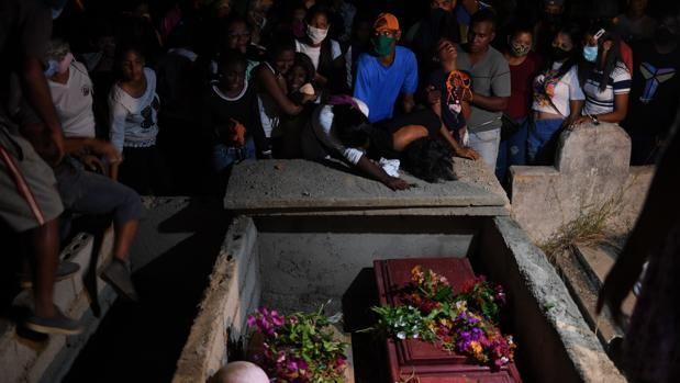 Asisten al entierro de una mujer y su hijo de 11 años ahogados tras un naufragio.
