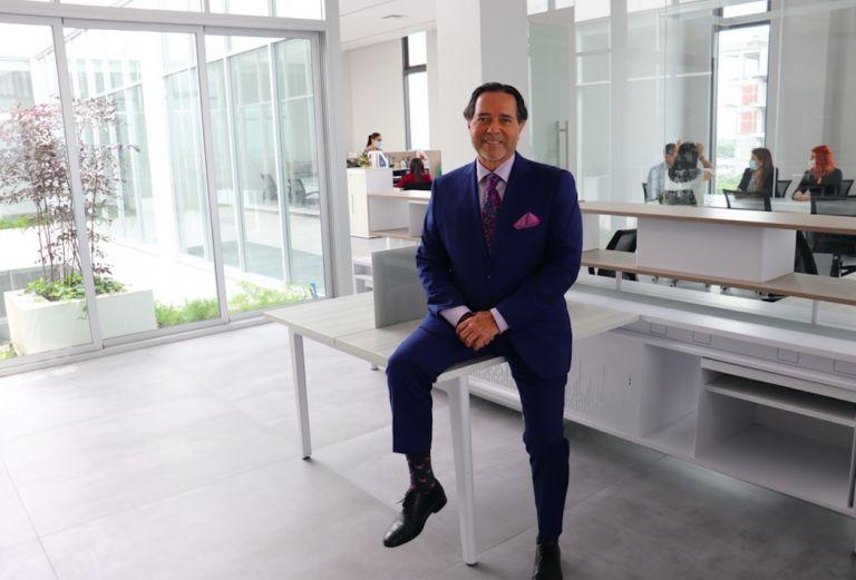El canciller Carlos Ortega en una de las nuevas áreas del Edificio de Odontología.