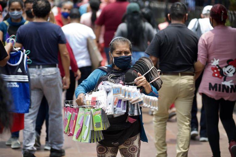 Con la detección de 403 positivos en las últimas 24 horas se elevaron a 209.758 los casos acumulados del coronavirus SARS-CoV-2 en Ecuador. Foto: EFE