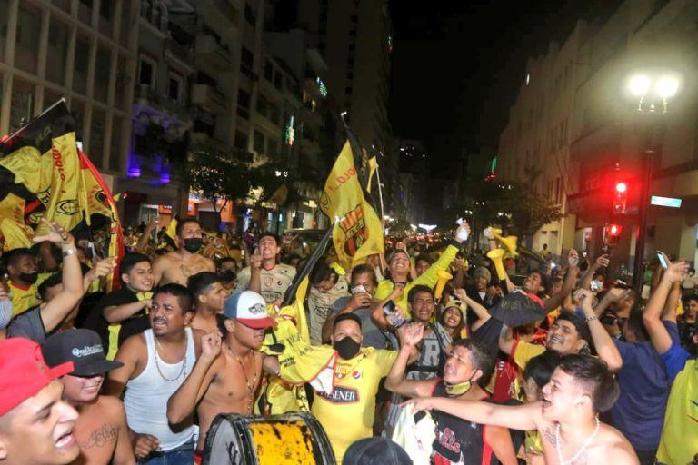 La avenida nueve de octubre fue escenario para que miles de hinchas celebren el ansiado título.