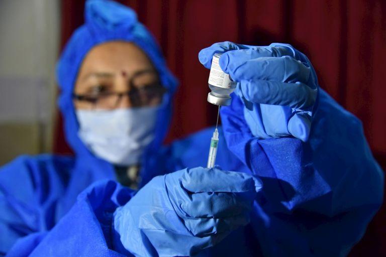 Para cualquiera de las vacunas contra la COVID-19 disponible, se requiere que la gente obtenga las dos dosis para una garantía total, pues una sola permitiría calmar momentáneamente el sistema sanitario y aliviar en algo la economía, pero no acabaría con la pandemia.