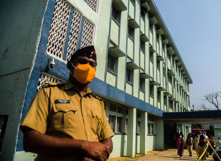La policía resguarda el hospital en el que sucedió el incendio, en el cual fallecieron 10 bebés- Foto: EFE.