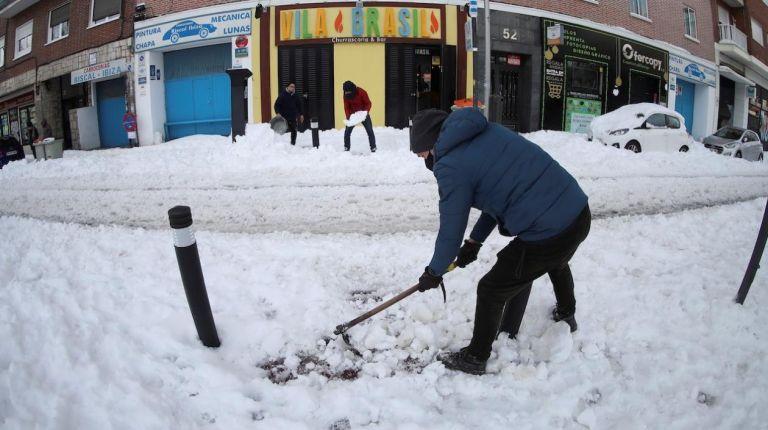 Ciudadanos despejan de nieve las calles de los alrededores del Hospital Gregorio Marañón de Madrid tras el paso de la borrasca Filomena. Foto:EFE