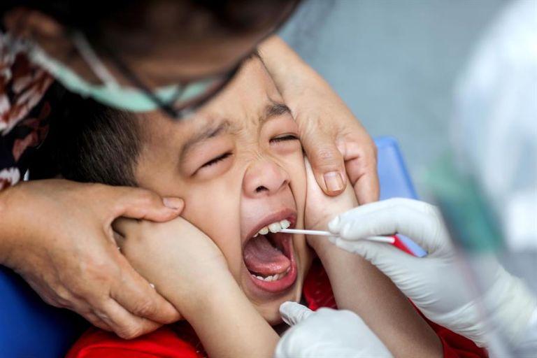 Según el estudio, la saliva también muestra la situación en los pulmones. Foto: EFE