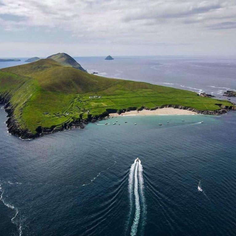 La isla tiene una extensión de 4,5 kilómetros cuadrados y se encuentra en Irlanda.