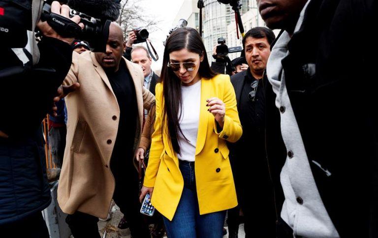 Fotografía de archivo fechada el 11 de febrero de 2019 de Emma Coronel Aispuro (c) saliendo de la corte al final de otro día de deliberación del jurado en el juicio de su esposo, Joaquín 'El Chapo' Guzmán en el Tribunal Federal en Brooklyn, Nueva York. Foto: EFE