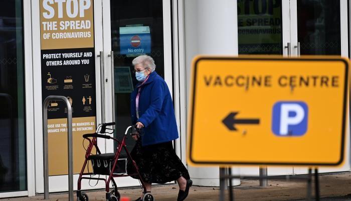 Una mujer sale de un centro de vacunación masiva en Empton, Reino Unido. Foto: EFE