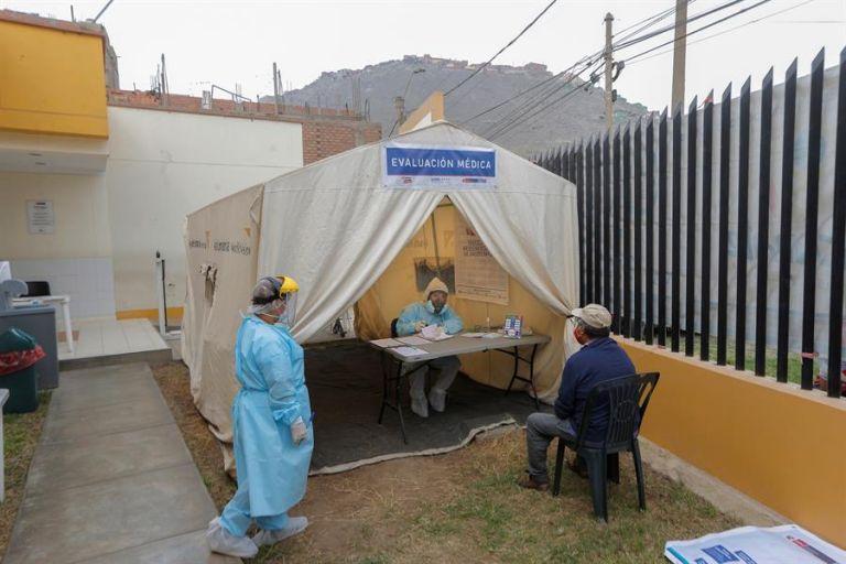 Un hombre recibe la evaluación médica en un espacio habilitado para pacientes de la covid-19 en Lima (Perú). Foto: EFE