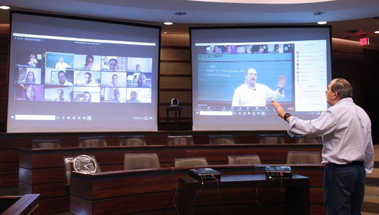 Josémaría Vázquez, director de Empresas Familiares y Política de Empresas del IDE Business School, imparte clases en línea aplicando herramientas que servirán para un mejor aprendizaje de sus estudiantes.