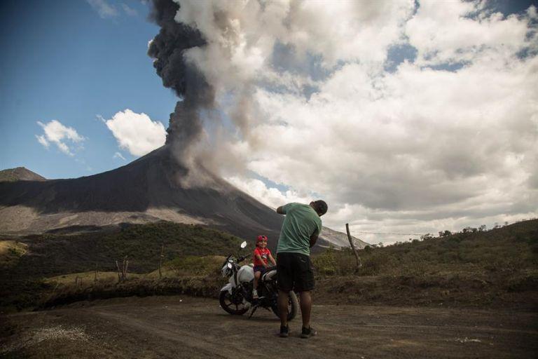 Explosión del volcán Pacaya de fondo, en San Vicente Pacaya (Guatemala). Foto: EFe