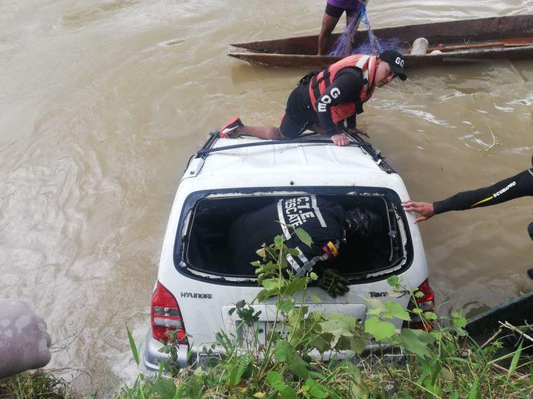 Los rescatistas sacaron primero al conductor del vehículo, el mismo que fue llevado hasta el hospital Sagrado Corazón de Jesús, en Quevedo. Foto: Ecu 911 Babahoyo.