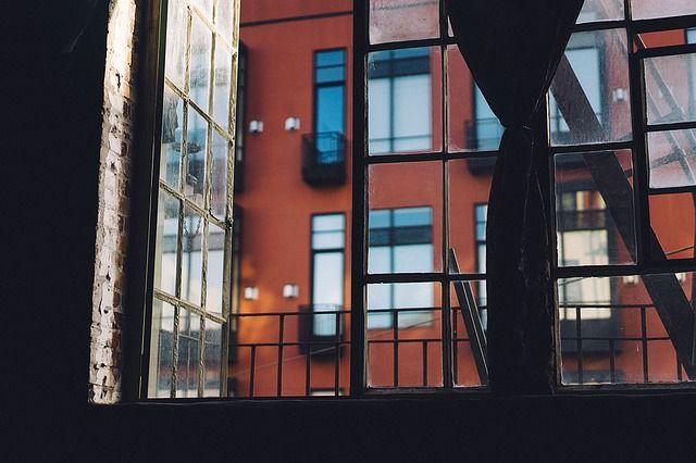 Se recomienda que se abran puertas y ventanas de forma intermitente (por ejemplo, durante 5 minutos cada hora) para mantener el aire circulando. Foto: Pixabay.