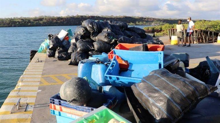 Limpieza por sitios lejanos al norte del archipiélago, específicamente por las islas Genovesa, Pinta y Santiago. Foto: EFE