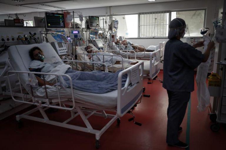 Personal médico trabaja en la UCI del Hospital de M'Boi Mirim, en un suburbio de Sao Paulo (Brasil). EFE