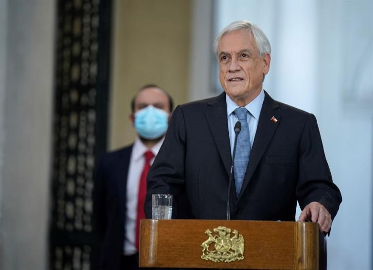 Sebastián Piñera hablando después de firmar la reforma constitucional que aplaza las próximas elecciones para el 15 y 16 de mayo por la pandemia de Covid-19. Foto: EFE