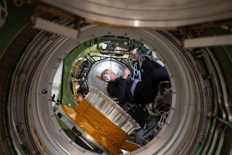 La ingeniera de vuelo Kate Rubins fue fotografiada en el compartimento de transferencia del módulo de servicio de Zvezda durante los preparativos para la actividad extravehicular rusa 47 (EVA 47). Foto: NASA.