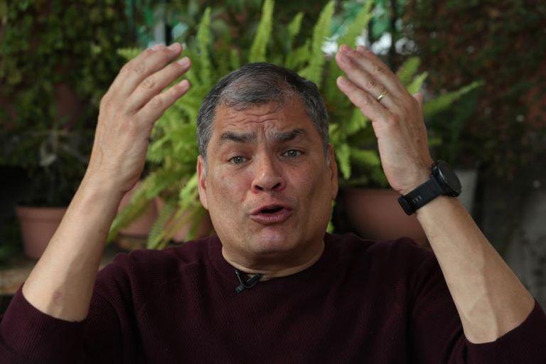 """Correa señaló que Lasso tendrá varios retos pues """"va a recibir un país en ruinas"""" pero tendrá su apoyo en lo que """"es el beneficio para la patria""""."""