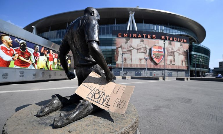 """Un cartel con el mensaje """"Devolvednos a nuestro Arsenal"""" colocado a las puertas del Emirates Stadium del club en Londres (Reino Unido) este martes. Foto: Efe."""